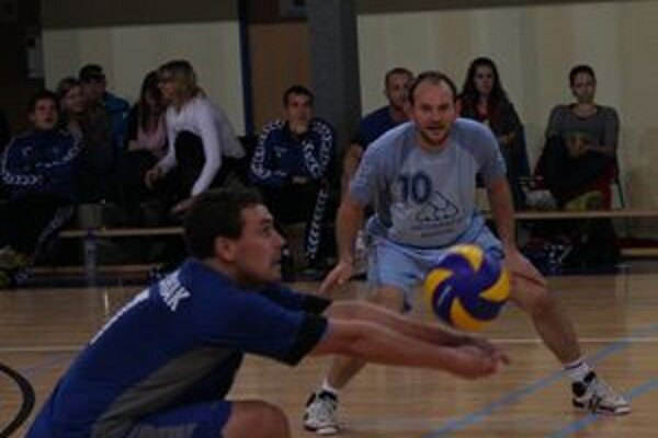 M. Blizniak (vľavo) zakláda ofenzívnu akciu svojho tímu.