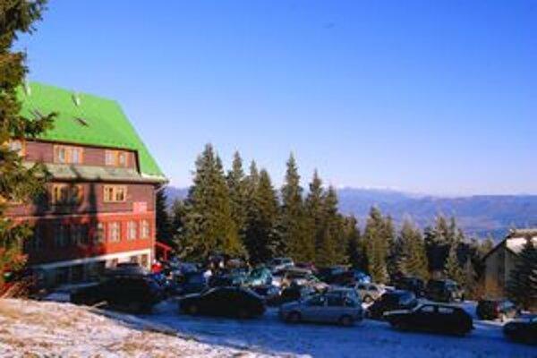 Naše strediská majú lyžiarsku službu. Ak zídete zo svahu, či z tratí, nepoistený si záchranu platí sám.