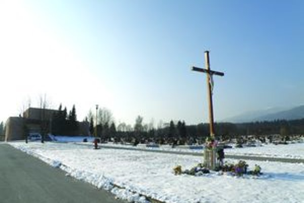 Nekonečná láň. Desaťročný cintorín vyzerá bez zelene bezútešne, priveľmi tu prefukuje.