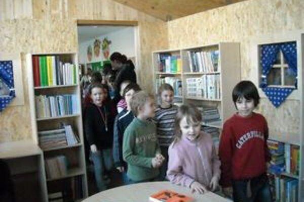Deti sa na novú knižnicu veľmi tešili.