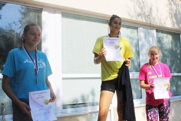 Najlepšie mladšie žiačky vo vrhu guľou - zľava Viktória Lelkesová, Radka Šalatová a Karin Pogranová.