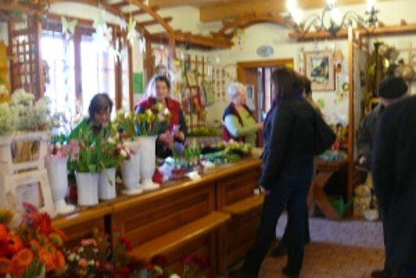 Kvetinárstva v Martine praskali vo švíkoch, kvetinárky predávali najmä ruže, tulipány a jarné kvety.