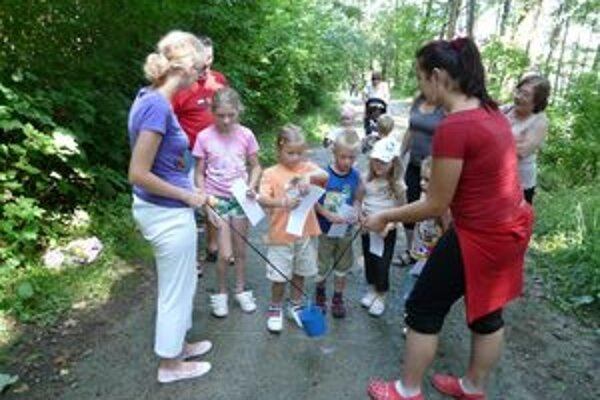 Deti plnili rôzne úlohy na ceste k amfiteátru.
