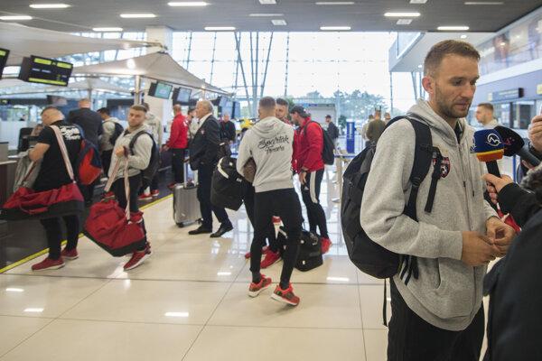 Na snímke hráč Spartaka Trnava Martin Bakoš pred odletom do Istanbulu na letisku M. R. Štefánika.