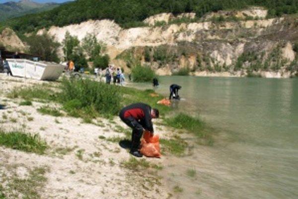 Kameňolom Rieka patrí k obci Kraľovany, ale je vyhľadávaným miestom aj pre Turčanov. Potápači nielen z Turca v ňom dnes lovili odpadky.