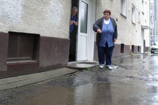Vytápala ich dažďová voda. Z chodníka pri ceste steká voda priamo k múru. Pred tým, než obyvatelia budovu odizolovali, sa voda opierala o stenu.