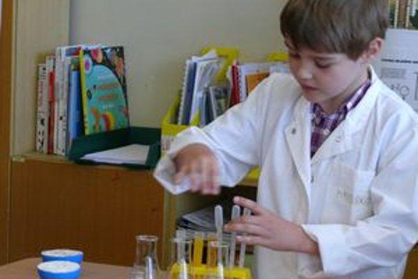 Budúci archeológ. Osemročného Matúša Krivku priťahujú chemické pokusy, no keď vyrastie, chce byť archeológom.