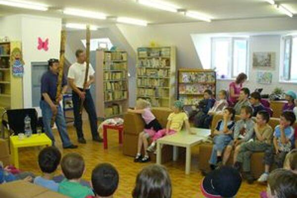 Muzikanti medzi deťmiDeti si po koncerte rozobrali píšťaly a skúšali na nich hrať.