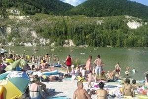 Jazero Rieka pri Šútove je počas teplých dní plné ľudí.