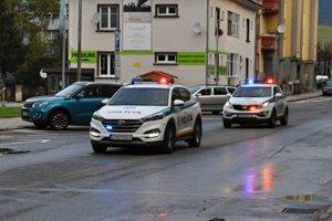 Policajné autá privážajú poľských vodičov.
