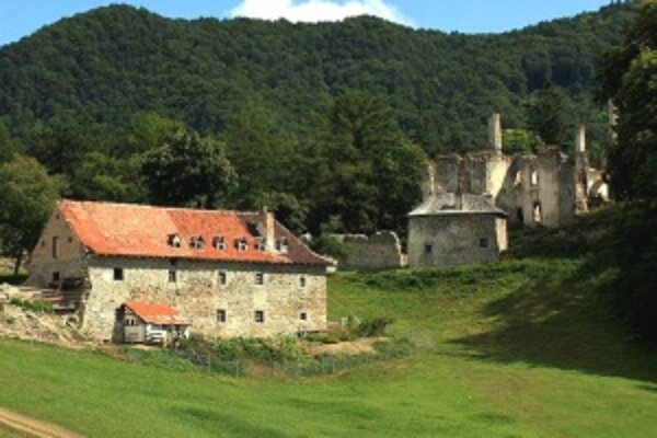 Sklabinský hrad bol postavený v 13. storočí. Odvtedy prešiel mnohými zmenami. Hospodárska budova vedľa neho je práve v rekonštrukcii.
