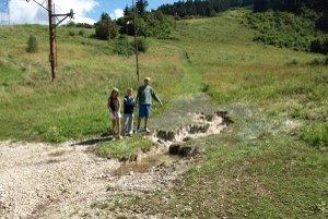 Pri vleku sa zosunula pôda, odkryla aj betónové skruže,kadiaľ ide kanalizácia. Voda z hôr steká do diery medzi skružami.