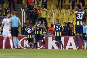 Hráči Fenerbahce sa radujú po góle Slimaniho.
