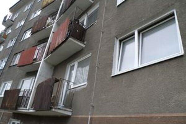 Obyvatelia bytovky na Podháji majú nevyspytateľného suseda.