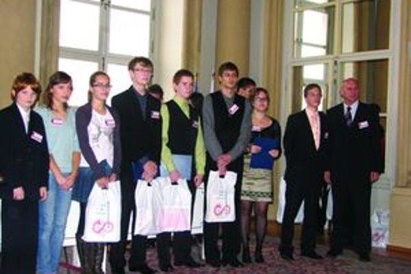 Na snímke sú študenti Evanjelickej základnej školy zľava Maroš Kramár, Gabika Kubíková, Zuzka Medveďová, Ján Drahoš.