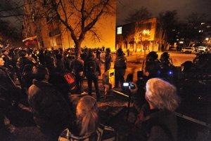 Účastníci protestného zhromaždenia Gorila 4 sa po skončení oficiálneho stretnutia a pochodu mestom zhromaždili pred straníckou centrálou strany Smer.