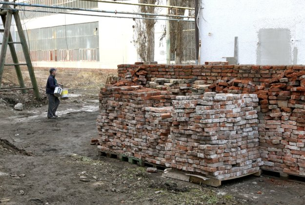 Multifunkčné centrum je stále v rekonštrukcii. Materiál, ktorý sa dá ešte využiť, ako tieto staré tehly, recyklujú.