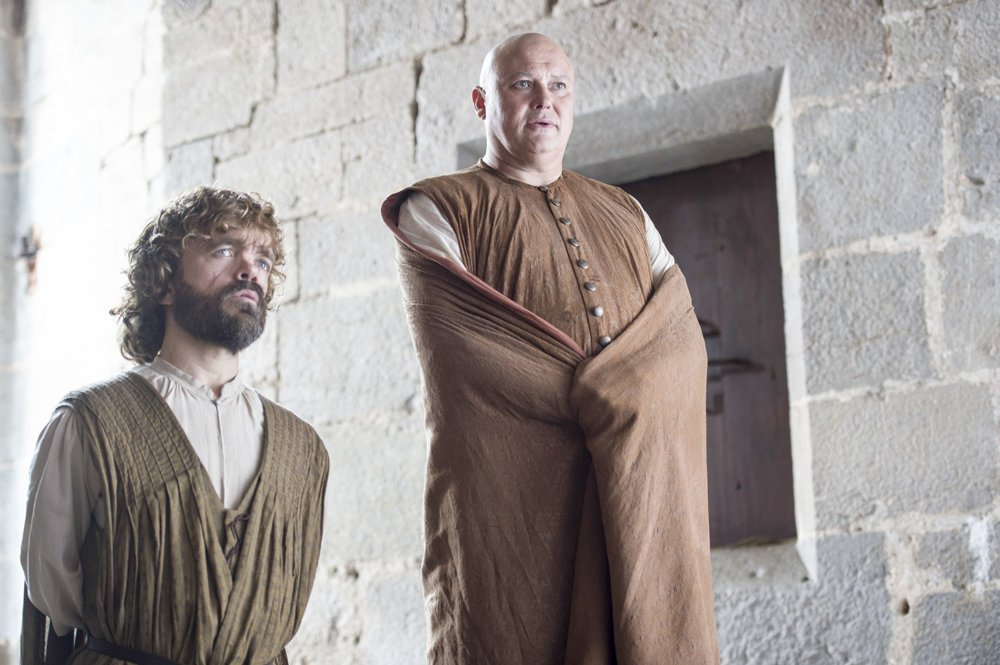 Tyrion Lannister a Varys (Conleth Hill).