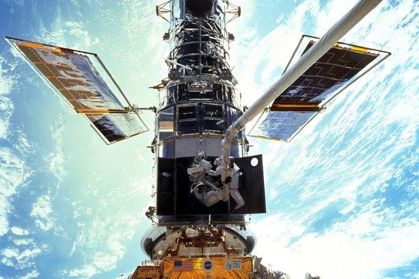 Hubblov vesmírny ďalekohľad počas opráv.