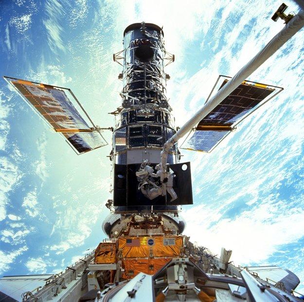 Hubblov vesmírny ďalekohľad pri opravách a výmene gyroskopov v roku 1999.