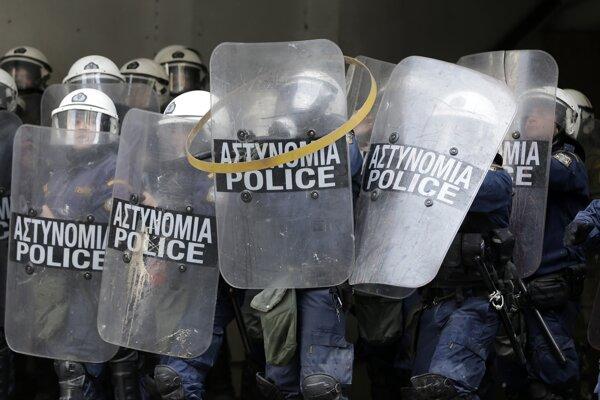 Polícia protestujúcim zabránila v symbolickej okupácii ministerstva poľnohospodárstva. Eskalujúce napätie neskôr vyústilo do vzájomných potýčok.