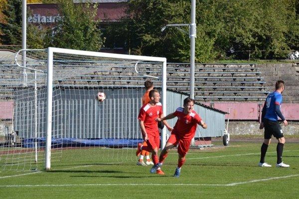 Považskobystričan Čiernik (vpravo v červenom) sa teší z gólu v sieti Beluše.