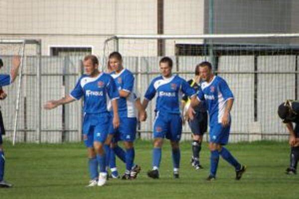 Borčice sa tešia z víťazného gólu vo Visolajoch.