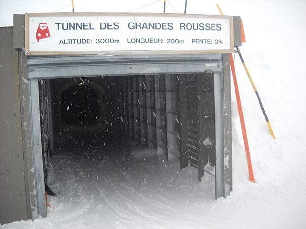 Najdlhšia zjazdovka v Alpe d´Huez je výnimočná aj vďaka tunelu, ktorý spája dva svahy Pic Blanc.