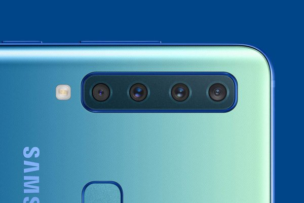 Model Samsung Galaxy A9 so štyrmi fotoaparátmi.