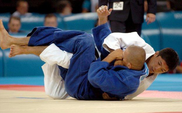 Krnáč (vľavo) vo finálovom zápase s Japoncom Masatom Učišibom (vpravo) olympijskej súťaže v hmotnostnej kategórii do 66 kg na OH v Aténach.