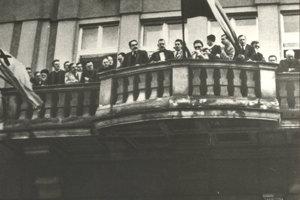 Autonómiu vyhlásili z balkóna Katolíckeho domu v Žiline 6. októbra 1938, v strede Jozef Tiso (v ruke s listinou), ktorý nariadil deportácie.