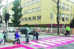 Bezpečnejší priechod pre chodcov medzi dvoma školami na Mudroňovej ulici.
