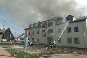 Požiar obecného úradu hasili päť hodín.