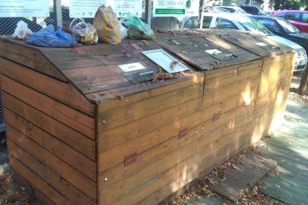Kuchynský odpad sa kopí pri jednom z kompostérov na Predmestskej ulici.