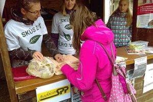 Dobrovoľníci šijú v Spišskej Belej ekovrecká, ktoré ponúkajú ľuďom.