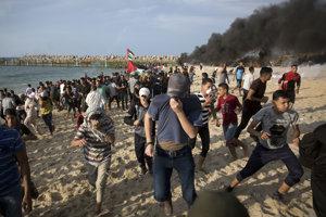 Palestínčania protestovali na pláži blízko hraníc s Izraelom.