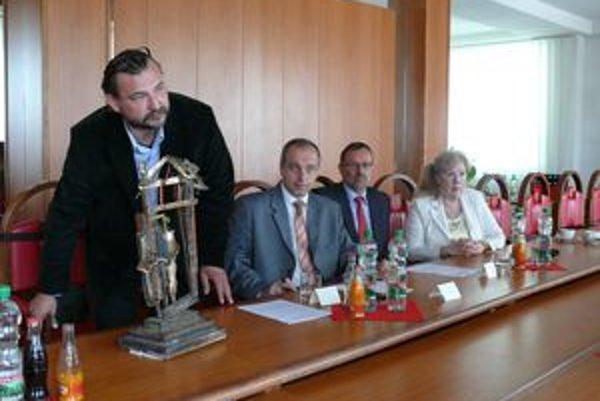 Zámer prezentovali médiám na mestskom úrade. Zľava - sochár Milan Lukáč, primátor Karol Janas, zástupca občianskeho združenia Pavol Demáček a historička Dagmar Srnenská.