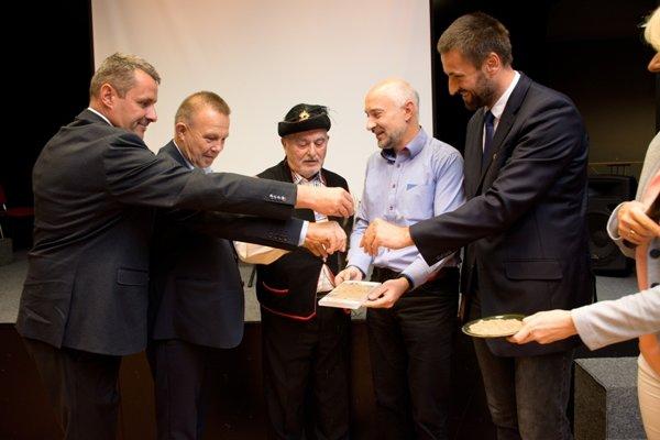 Zľava: M. Kubeš – starosta Rovinky, M. Laurenčík – podpredseda ŽSK, V. Meško, P. Chmela – autor filmu, M. Viskupič – riaditeľ BSK.