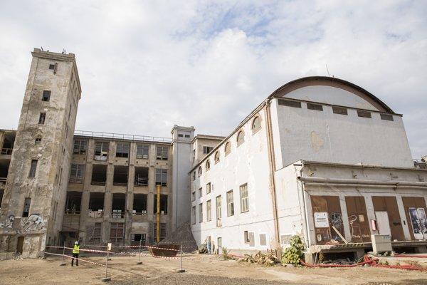 Budova pradiarne počas slávnostného začatia obnovy v areáli bývalej cvernovej továrne 18. októbra 2018.