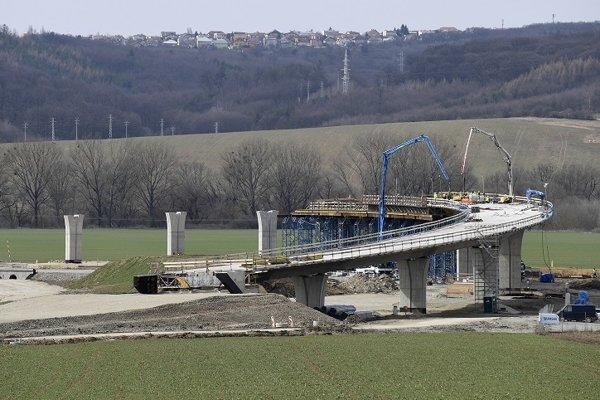 Výstavba úseku diaľnice D1 Budimír - Bidovce, ktorý bude súčasťou východného obchvatu Košíc v Bidovciach.