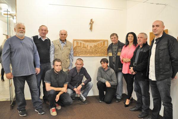 Autori spoločného rezbárskeho diela pokope na vernisáže Aleninej výstavy.