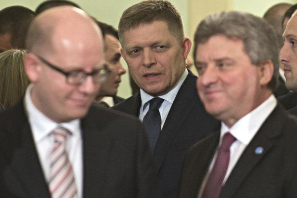 Premiér SR Robert Fico (v strede), vľavo predseda vlády ČR Bohuslav Sobotka a vpravo prezident Macedónska Gjorge Ivanov po rokovaní mimoriadneho summitu predsedov vlád krajín Vyšehradskej štvorky.