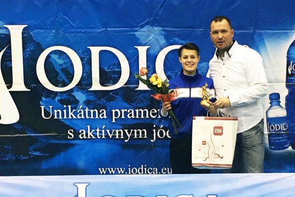 Hlavný organizátor Roland Szöcs s najlepšou strelkyňou Martinou Šurnovskou (Bardejov), bývalou hráčkou Šale.