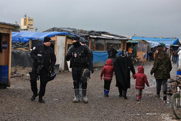 Zadržaní utečenci dostávajú jedlo a pitie a majú zabezpečený prístrešok a základné ľudské potreby.
