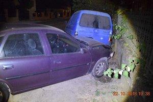 Opel zničil plynovú prípojku aj ďalšie auto.