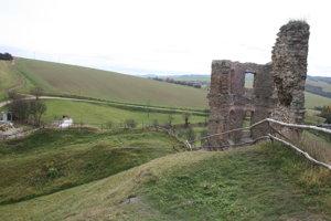 Veža a zasypaná časť pôvodného hradu.