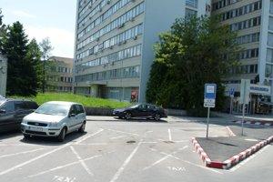 Radnica chce prenajať aj zvyšné tri miesta pre taxislužby pred poliklinikou.