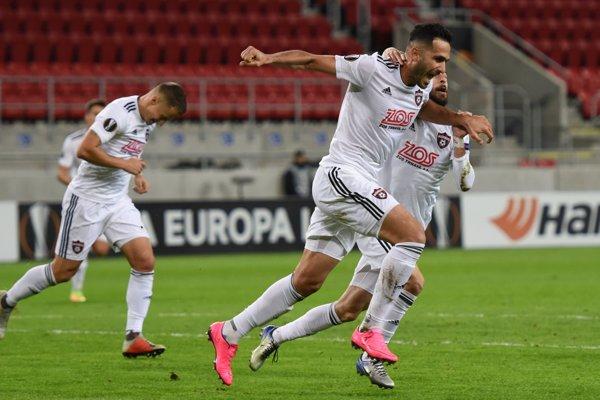 Futbalisti Trnavy sa radujú po góle na 1:0 v zápase proti Dinamu Záhreb.