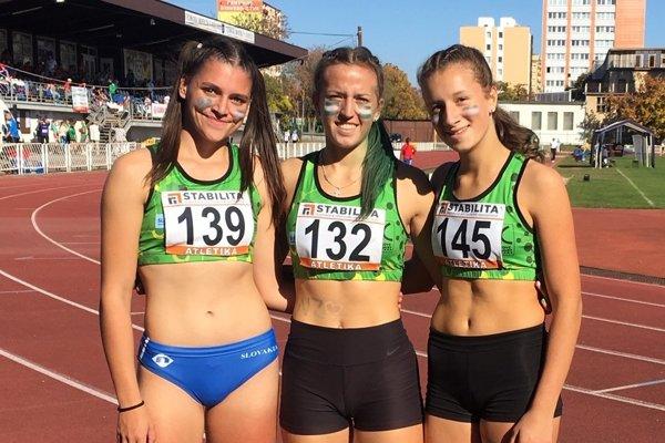 Najúspešnejšie trio novozámockých žiačok na majstrovstvách Slovenska družstiev v Košiciach. Zľava:Janka Kusyová, Lea Farkas, Rebeka Žibritová