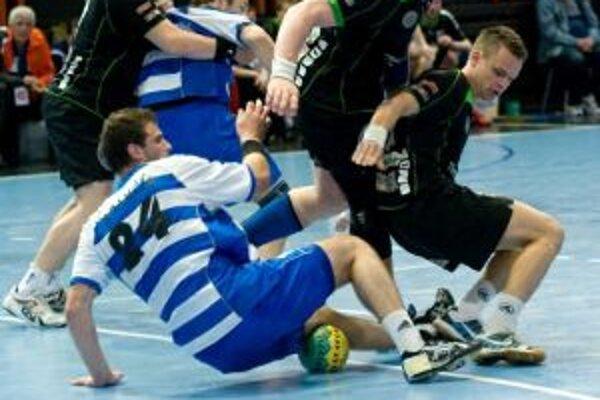 Adamčík (na zemi) bojuje s presilou hráčov N. Zámkov.